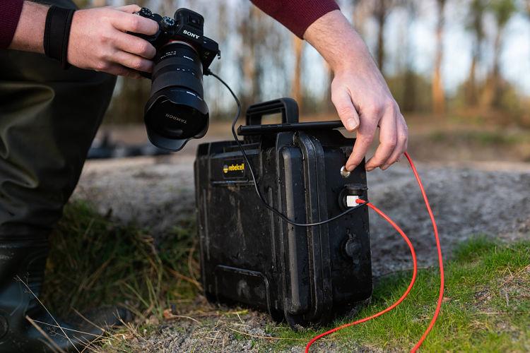 Camera laden aan een rebelcell outdoorbox